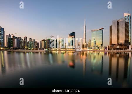 Downtown Dubai, Dubai riflettendo sul canale d'acqua con l'iconico Burj Jhalifa, Emirati Arabi Uniti - NL Foto Stock