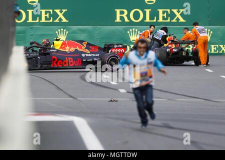Baku in Azerbaijan. 29 apr, 2018. Max Verstappen (ned), Aston Martin Red Bull Tag Heuer RB14, dopo il suo incidente con Daniel Ricciardo (AUS), Aston Martin Red Bull Tag Heuer RB14, durante il 2018 del Campionato del Mondo di Formula Uno, il Gran Premio di Europa in Azerbaigian dal 26 aprile al 29 di Baku - : Campionato mondiale; 2018; Grand Prix Azerbaigian, il Gran Premio di Europa di Formula 1 2018 , 29.04.2018.   Utilizzo di credito in tutto il mondo: dpa picture alliance/Alamy Live News