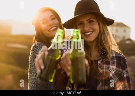 Due migliori amici facendo un brindisi per amicizia Foto Stock