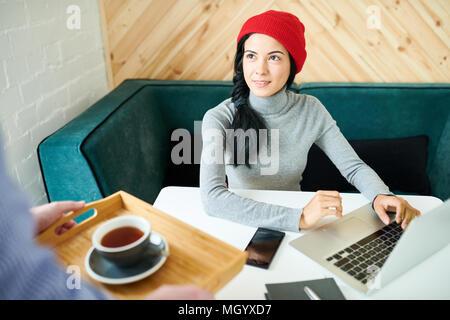 Bella donna che lavorano in Cafe Foto Stock
