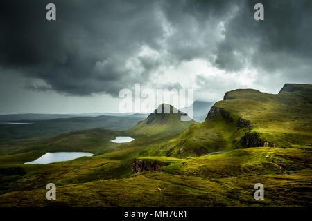 Vista panoramica del bel paesaggio il Quiraing, Isola di Skye in Scozia dal di sopra con vista sulla valle e le colline in background e drammatici Foto Stock