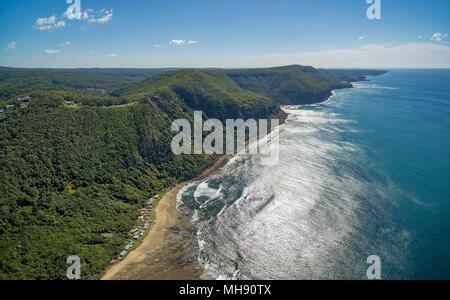 Antenna di panorama splendido oceano costa luminosa giornata soleggiata vicino a Grand Pacific Drive, Sydney, Australia Foto Stock