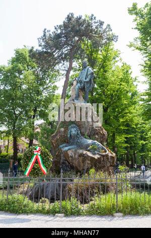 La statua di Giuseppe Garibaldi, Via Giuseppe Garibaldi, Castello, Venezia, Veneto, Italia nei Giardini Pubblici decorata con un giorno della liberazione wr Foto Stock