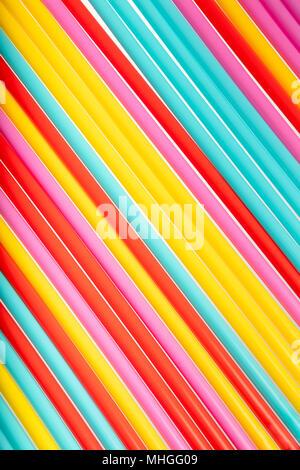 Sfondo con colore brillante fatta da molti cannucce, vista dall'alto, estate tema concettuale, sfondo testurizzata Foto Stock