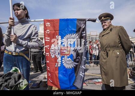 Mosca Mosca, Russia. Il 1 maggio, 2018. Il veterano della Seconda guerra mondiale si preannuncia una bandiera del autoproclaimed Donetsk Repubblica Popolare di Donbass durante le celebrazioni del 1 maggio a Mosca, in Russia. Credito: Celestino Arce/ZUMA filo/Alamy Live News Foto Stock