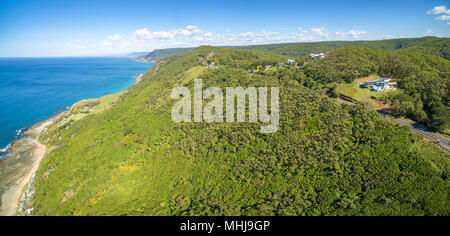 Panoramica aerea di costa frastagliata sulla Grand Pacific Drive. Sydney, Australia Foto Stock