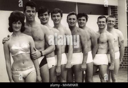 8-forte mista (7 uomini e 1 donna) Sychronised Nuoto Team - Bournemouth Dorset. Data: circa 1965 Foto Stock