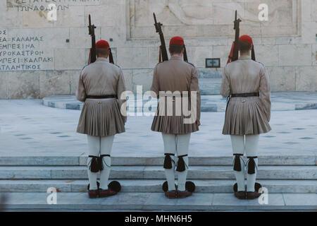 Protezioni greca durante la cerimonia del cambio della guardia di fronte al parlamento greco, Atene, Attica, Grecia Foto Stock