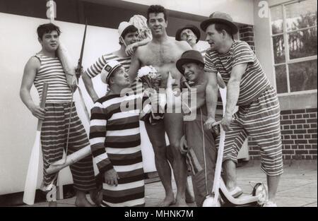 Aquashow Sychronised squadra di nuoto, Bournemouth - gruppo di interpreti di sesso maschile - alcuni ovviamente in 'clown 'ruoli che circonda il hunky 'star' della mostra. Data: 1961 Foto Stock