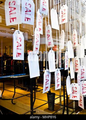I cartellini del prezzo di vendita del display nella finestra del negozio. Foto Stock