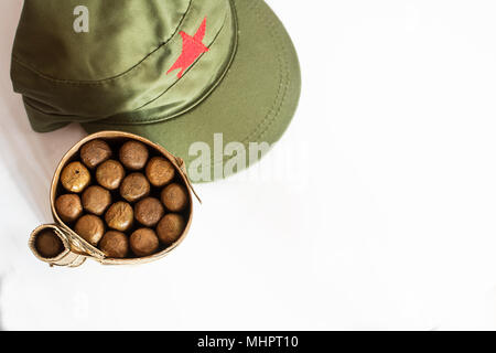 Alcuni sigari cubani laminato in foglia di banano e cappello militare Foto  Stock 22f31ff84031