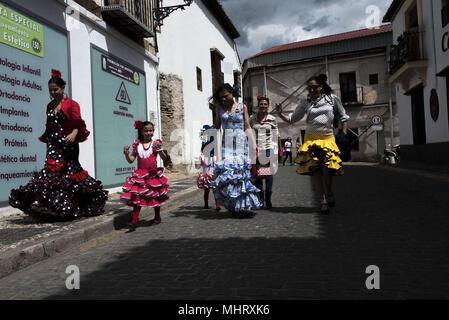 """Granada, Spagna. Il 3 maggio, 2018. Donne che indossano tipico abito di flamenco a piedi lungo le strade del quartiere Albaicin. """" El dà a de la Cruz'' o 'DÃ-de las Cruces'' è una delle più belle feste in Granada. Ogni 3 maggio molte vie, piazze e terrazze mostrano altari con croci ornate di fiori per commemorare la Santa Croce. Credito: Carlos Gil/SOPA Immagini/ZUMA filo/Alamy Live News Foto Stock"""