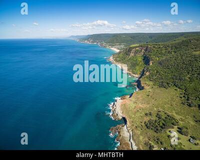 Vista aerea della frastagliata linea costiera vicino a Grand Pacific Drive, Sydney, Australia Foto Stock