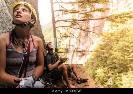 Trad scalatore giovane prendendo break, Squamish, Canada Foto Stock