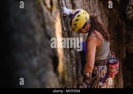 Donna arrampicata trad a capo, Squamish, Canada Foto Stock