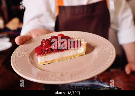 Pezzo di golosa torta o cheesecake con lamponi su una piastra di close-up Foto Stock