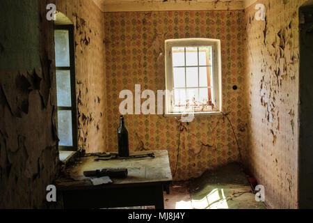 Camera vecchia in una casa abbandonata Foto Stock