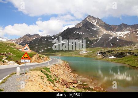 L'Italia. Il lago al Passo Gavia nel Parco Nazionale dello Stelvio. Ortles Alpi. Sullo sfondo: Corno dei Tre Signori picco, 3360m alta.