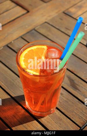 Aperol spritz cocktail in vetro su un tavolo di legno foto for Bicchieri aperol spritz