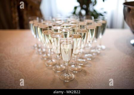 I bicchieri con lo champagne sul tavolo Foto Stock