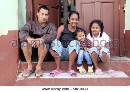 Felice famiglia cubana Foto Stock
