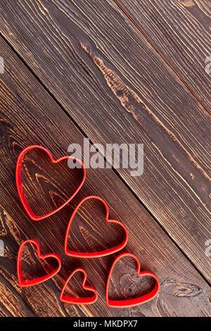 Frese torta decorazione stampi, vista dall'alto. Rosso a forma di cuore cookie cutter stampi per biscotti e copia di spazio. Felice il giorno di San Valentino. Foto Stock