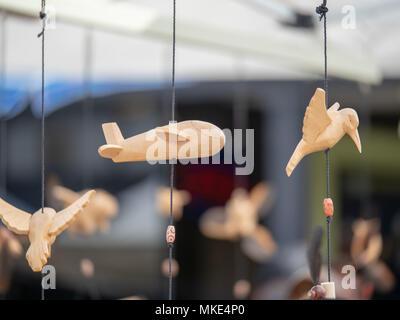 Aeroplano di legno ornamento giapponese appeso all'aperto presso un mercato Foto Stock