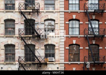Vista ravvicinata di New York City Style appartamento edifici con scale di emergenza lungo Mott Street nel quartiere di Chinatown di Manhattan NYC. Foto Stock