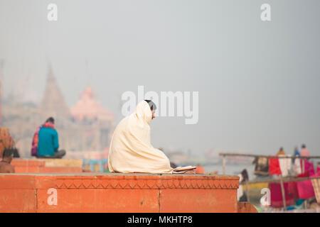 VARANASI - India - 12 gennaio 2018. La meditazione, uomo santo Sadhu meditando a ghats di Varanasi, Banaras, Uttar Pradesh, India, Asia Foto Stock