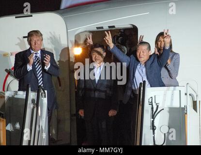 Il Presidente degli Stati Uniti, Trump accoglie Kim Dong Chul Kim Hak canzone e Tony Kim torna a noi a base comune Andrews nel Maryland giovedì, 10 maggio 2018. I tre uomini furono imprigionati in Corea del Nord per periodi compresi fra uno e due anni. Essi sono stati rilasciati per il Segretario di Stato americano Mike Pompeo come una buona volontà nel gesto di piombo-fino a i colloqui tra il Presidente Trump e leader della Corea del nord Kim Jong Onu. Credito: Ron Sachs / CNP | Utilizzo di tutto il mondo