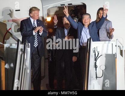 Il Presidente degli Stati Uniti, Trump accoglie Kim Dong Chul Kim Hak canzone e Tony Kim torna a noi a base comune Andrews nel Maryland giovedì, 10 maggio 2018. I tre uomini furono imprigionati in Corea del Nord per periodi compresi fra uno e due anni. Essi sono stati rilasciati per il Segretario di Stato americano Mike Pompeo come una buona volontà nel gesto di piombo-fino a i colloqui tra il Presidente Trump e leader della Corea del nord Kim Jong Onu. Credito: Ron Sachs/CNP | Utilizzo di tutto il mondo