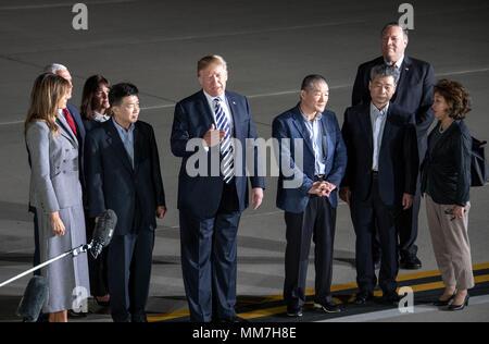 Il Presidente degli Stati Uniti, Trump rende commento alla stampa come egli si compiace Kim Dong Chul Kim Hak canzone e Tony Kim torna a noi a base comune Andrews nel Maryland giovedì, 10 maggio 2018. I tre uomini furono imprigionati in Corea del Nord per periodi compresi fra uno e due anni. Essi sono stati rilasciati per il Segretario di Stato americano Mike Pompeo come una buona volontà nel gesto di piombo-fino a i colloqui tra il Presidente Trump e leader della Corea del nord Kim Jong Onu. Credito: Ron Sachs/CNP | Utilizzo di tutto il mondo