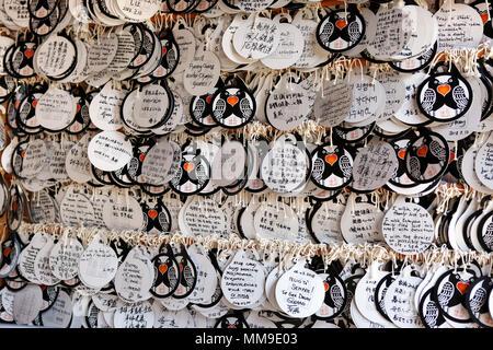 Ema biglietti di auguri di carta a Tamukeyama Hachiman-gū Santuario, Parco di Nara, Prefettura di Nara, Giappone