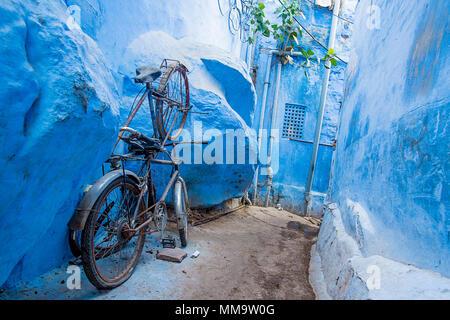 Una bicicletta in un piccolo vicolo nella città blu di Jodhpur, Rajasthan, India.