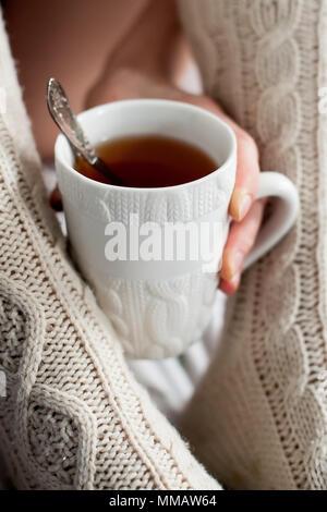 Tazza di tè e calze di corrispondenza Foto Stock