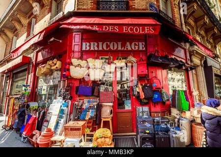 Vasta gamma di merci al Bazar des écoles un hardware shop vendita di cesti e altri beni assortiti 20 Rue de la Montagne Sainte Geneviève Paris , Francia Foto Stock