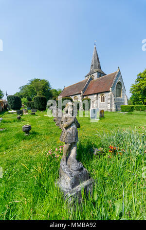 Angelo di pietra statua bambino tombstone memorial presso tutti i Santi Chiesa Parrocchiale, Est Stratton, un piccolo villaggio vicino a Winchester in Hampshire, Inghilterra meridionale Foto Stock