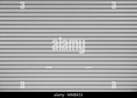 Telaio completo sullo sfondo di un rullo di chiusura sportello (o tapparella, overhead di sezione porta, Roll up o laminazione porta del garage) in bianco e nero Foto Stock