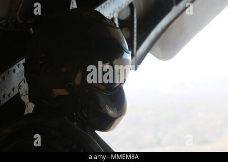 Marines con Marine elicottero pesante Squadron (HMH) 465 condurre un rapido decollo e atterraggio esercitazioni in un CH-53E Super Stallion a Marine Corps Air Station Miramar, California, 18 ottobre. Sgt. Adam B. Collins, un capo equipaggio con HMH-465, osserva il retro del velivolo in ordine agli aiuti i piloti a mantenere una distanza di sicurezza dal suolo, altri aeromobili e gli oggetti circostanti. (U.S. Marine Corps photo by Lance Cpl. Victor Mincy/rilasciato)