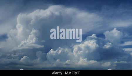 Bella mozzafiato su larga scala la formazione di Cloud Cloudscape Panorama Vista panoramica Foto Stock