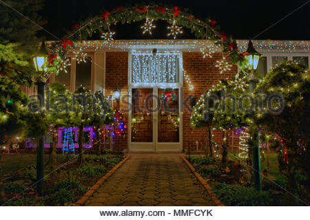 Le decorazioni di Natale sulla parte anteriore di una casa di fantasia in Ontario.
