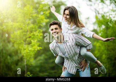 Hipster matura per divertirsi insieme su una giornata d'estate Foto Stock