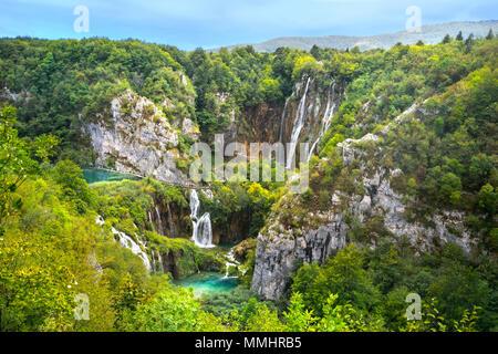 Paesaggio con belle cascate nel parco nazionale di Plitvice. Croazia Foto Stock