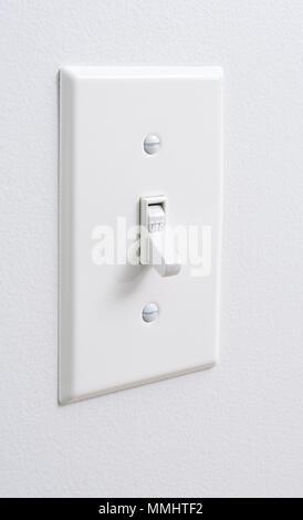 Eco Friendly, fonti di energia rinnovabile, bianco interruttore elettrico sul muro bianco Foto Stock