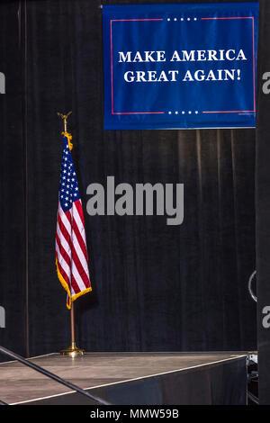"""'Make AMERICA grande nuovamente"""" (Málaga) banner per il Presidente Trump a 2020 Rally presidenziale a Phoenix, in Arizona - Agosto 22, 2017 Foto Stock"""