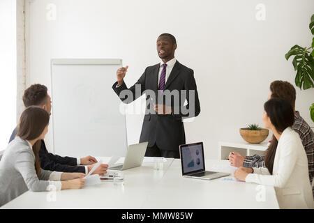Fiducioso altoparlante africana o business coach dando la presentazione Foto Stock