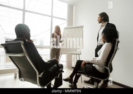 African business team ascolto agli altoparlanti dando la presentazione Foto Stock