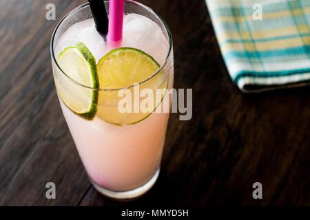 Levriero Cocktail con calce (fatta con succo di pompelmo). Concetto di estate.