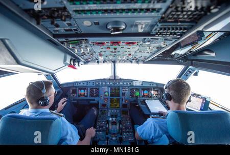 13 maggio 2018, Germania Berlino: due piloti volare un Airbus A319 della tedesca Air Force di Kiev. Il Ministro tedesco degli Affari Economici e l'energia Altmaier viaggi a Kiev (Ucraina) e Mosca (Russia), per una serie di colloqui. Foto: Christophe Gateau/dpa Credito: dpa picture alliance/Alamy Live News Foto Stock