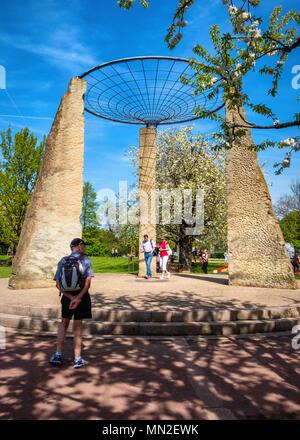 Britzer Garten, Neukölln, Berlino, Germania. 2018. Architettura, dettagli architettonici.Event area con tre colonne di pietra e web-come il tetto. Foto Stock